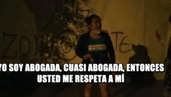 Mujer agredió verbalmente a serenos que la intervinieron por beber en la calle. (Captura)