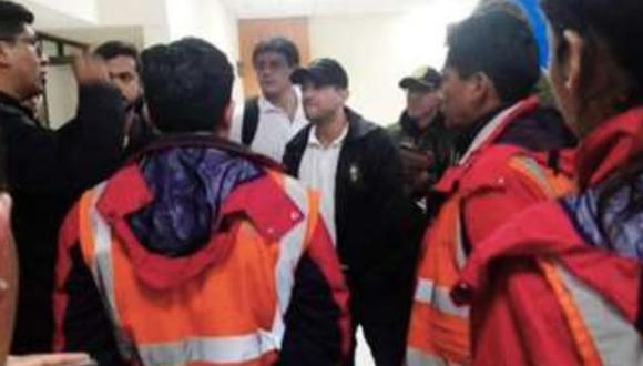 """Camacho denunció en las redes sociales que estaba en el aeropuerto porque un funcionario de Servicios de Aeropuertos de Bolivia (Sabsa) """"llamó a una horda masista"""" para impedir su salida. (Foto: Twitter - Samuel Doria Medina)"""