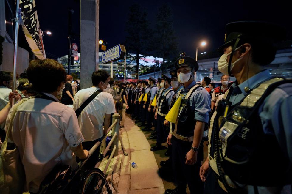 Un hombre fue arrestado por la policía de Tokio en las inmediaciones del Estadio Olímpico cuando se manifestaba en contra de los Juegos Olímpicos, coincidiendo con la celebración de la ceremonia de apertura de este viernes. (Texto y foto: EFE).