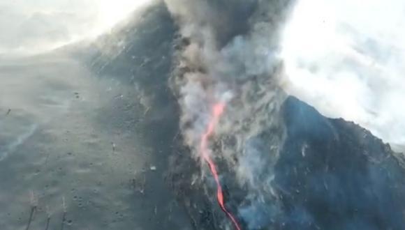 El volcán en La Palma aún no deja de erupcionar y esta vez se rompió el cono del volcán, provocando caída de más lava. (Foto: Twiter @112canarias)
