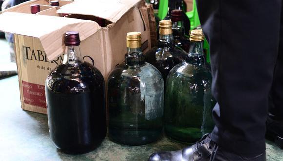 Puno: Incautan más de 500 botellas de vino adulterado en fábrica clandestina de licores en Juliaca.
