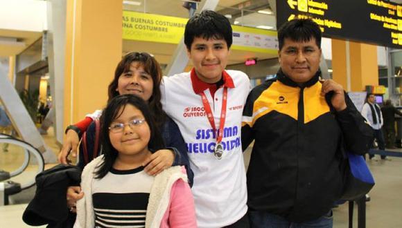 Raúl Alcántara Castillo y su familia. (Facebook de Raúl Alcántara)