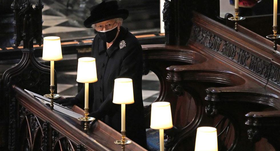 La reina Isabel II es vista en el funeral de su esposo el príncipe Felipe, el sábado 17 de abril de 2021. (Foto: AFP)
