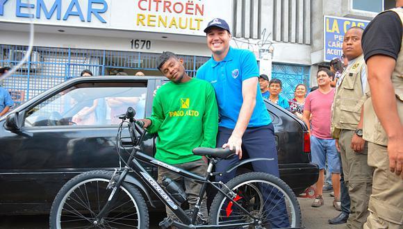 Municipalidad de La Victoria entregó una bicicleta a joven héroe. (Foto: Municipalidad de La Victoria)
