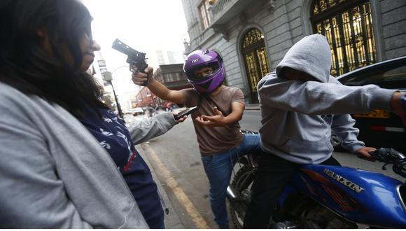 En estas fechas, la Policía recomienda estar atentos cuando se transite por las calles y evitar ser víctima de la delincuencia. (Foto: USI / Referencial)