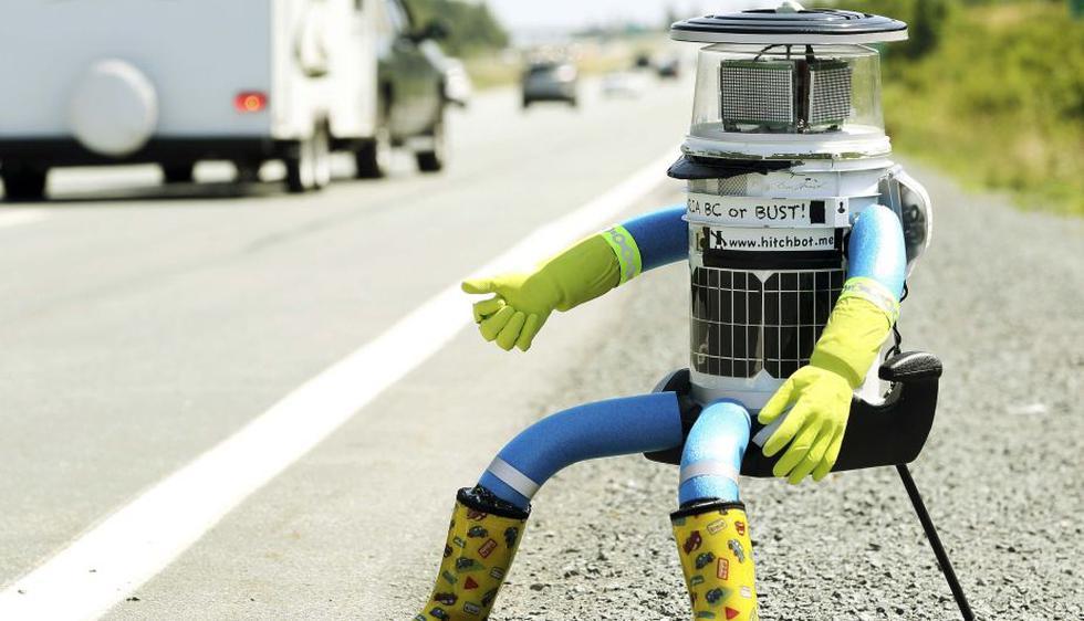 El rostro de HitchBot es un LED que funciona gracias a placas solares, pero también puede enchufarse por cable a una toma de tierra o al coche. (Reuters)