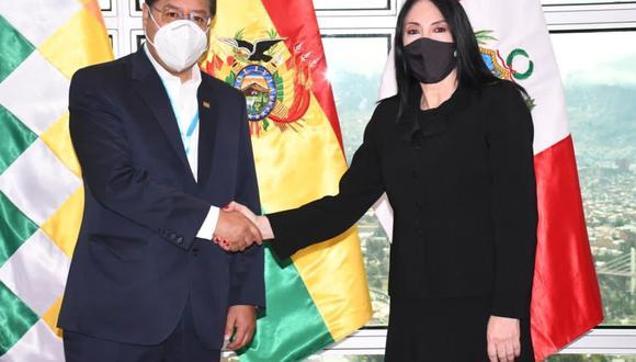 La canciller peruana, Estela Astete, junto al presidente de Bolivia, Luis Arce. (Foto: Cancillería)