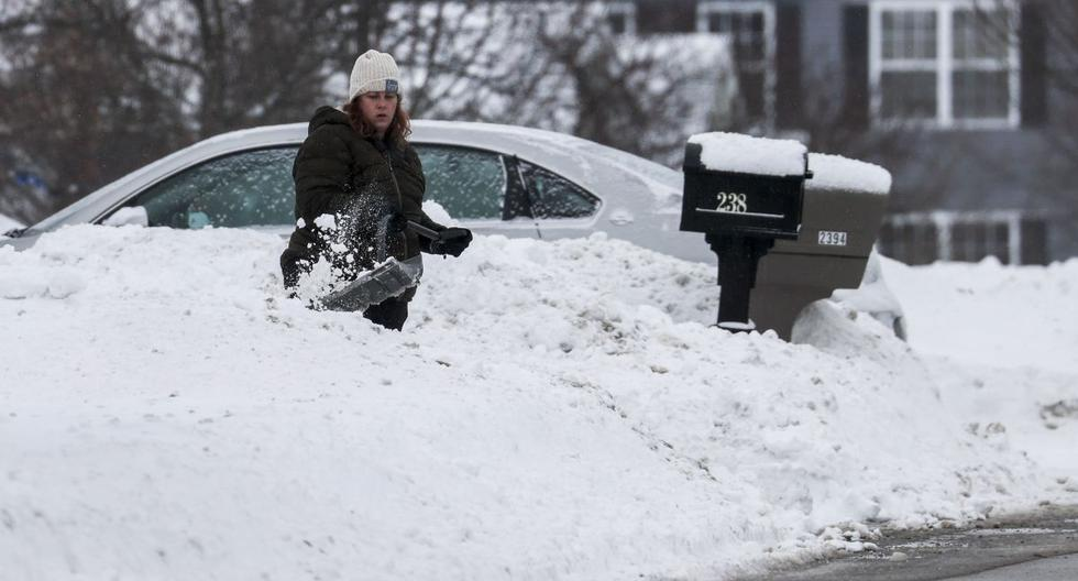 Una mujer excava después de una nevada nocturna en Round Lake, Illinois (Estados Unidos), el 16 de febrero de 2021. (EFE/EPA/TANNEN MAURY).