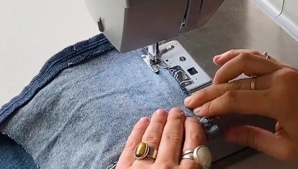 Puedes optar por coser parches en tu prenda. La razón principal por la que muchos consideran coser parches en sus jeans es porque es fácil, rápido y tiene mucho estilo. (Levi's)