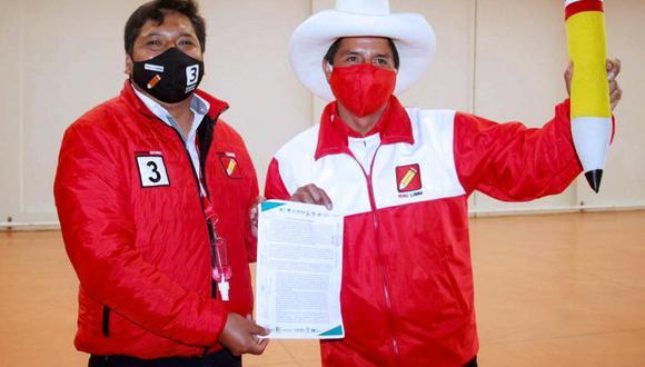 Eduardo Bendezú fue candidato al Congreso por Perú Libre. En la foto al lado de Pedro Castillo. (Perú Libre)