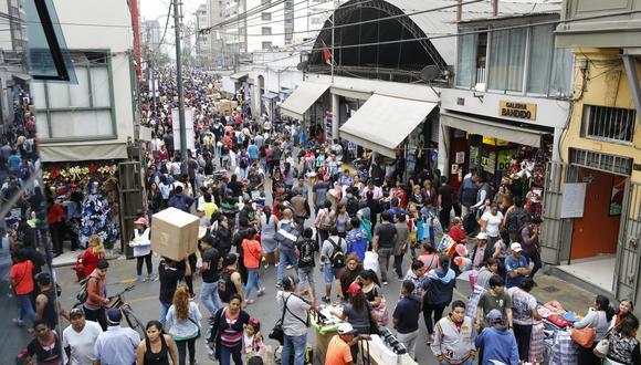 Una bomba de tiempo. Las vías de acceso y salida a zonas comerciales permanecen obstruidas por cientos de ambulantes. (Piko Tamashiro)