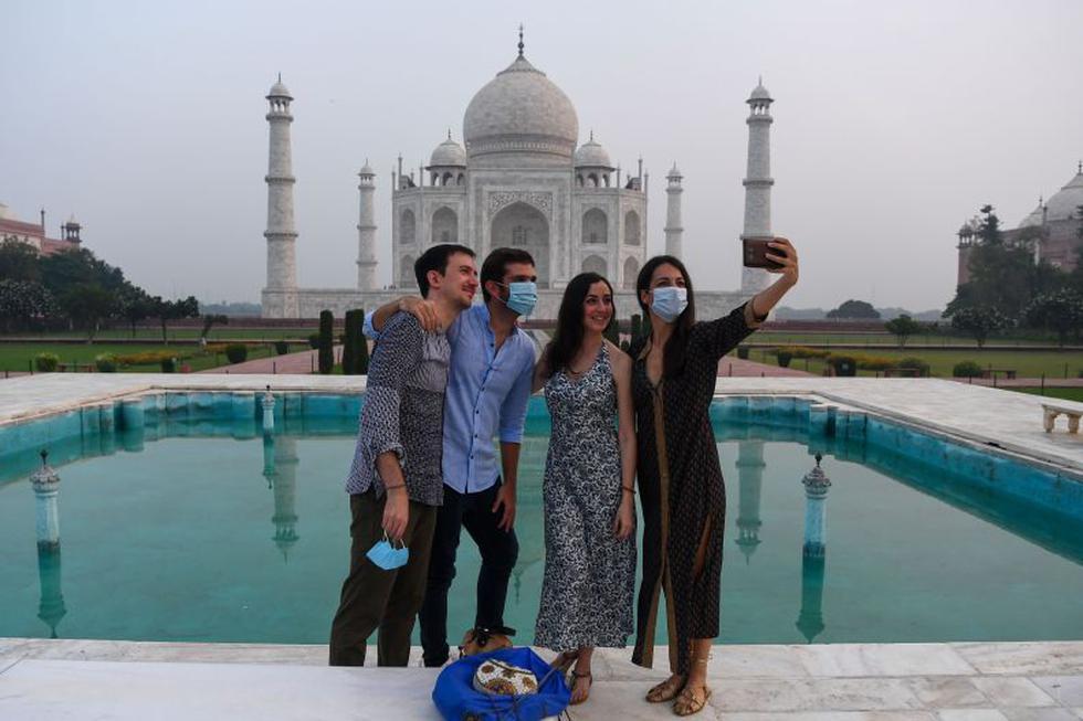 Los turistas se toman fotos en el Taj Mahal en Agra el 21 de septiembre de 2020. El Taj Mahal vuelve a abrir a los visitantes el 21 de septiembre, incluso cuando India parece estar dispuesta a superar a los EE. UU. como líder mundial en infecciones por coronavirus. (Foto: Sajjad Hussain / AFP)