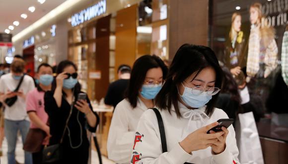 """""""Las cuarentenas nacionales y el aumento del desempleo han reducido la confianza del consumidor y cambiaron las prioridades de gasto"""", dijo la compañía IDC. (Foto: Reuters)"""