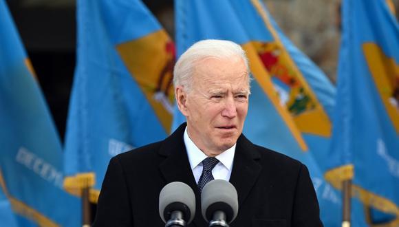 Biden recientemente firmó un decreto que confirma que Estados Unidos exigirá a quienes entren al país desde el extranjero hacerse una prueba de COVID-19 antes de volar, y hacer cuarentena después. (Foto: JIM WATSON / AFP)
