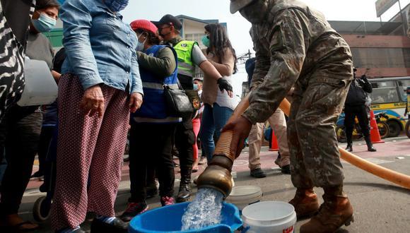 Militares y policías ayudaron con distribución de agua de cisternas a los afectados de aniego en San Juan de Lurigancho. (Foto: @MindefPeru)