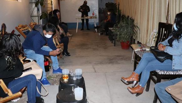 Ayacucho: Detienen a 16 trabajadores de Hospital Regional de Ayacucho, quienes fueron sorprendidos bebienbdo y bailando en una fiesta.