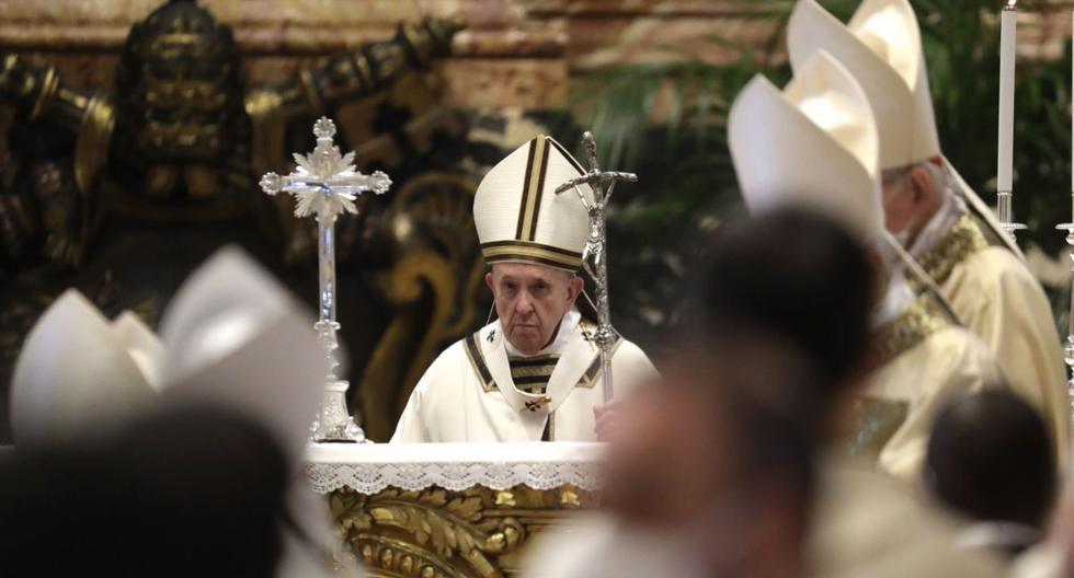 El papa Francisco sostiene el bastón pastoral cuando sale al final de una Misa Crismal dentro de la Basílica de San Pedro, en el Vaticano, 01 de abril de 2021. (EFE/EPA/Andrew Medichini).