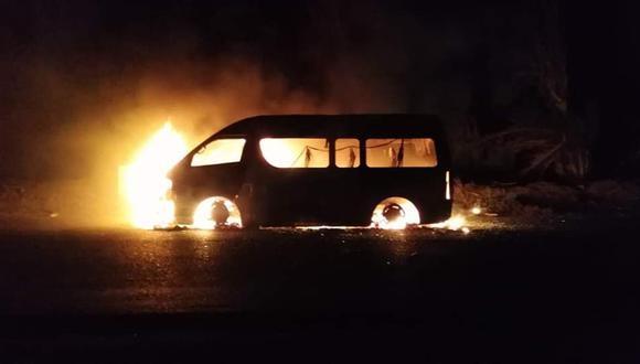 Los extorsionadores interceptaron la combi, amenazaron al chofer, rociaron combustible y le prendieron fuego. (Captura de video)