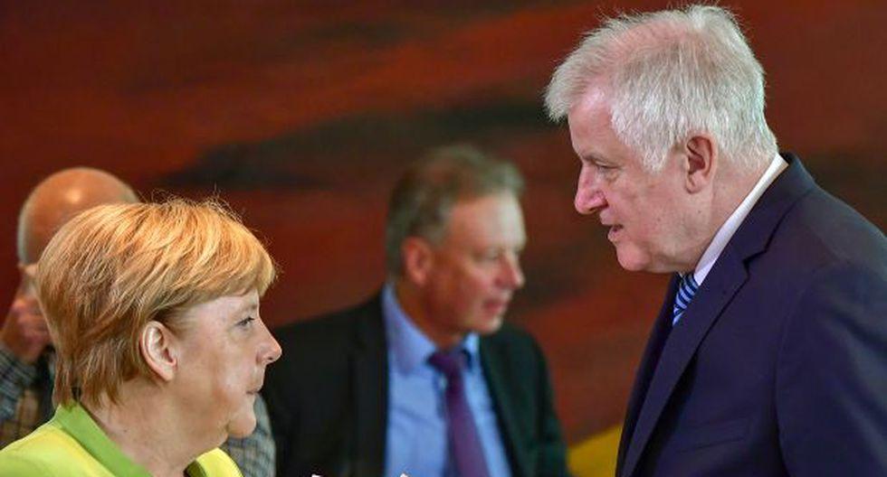 La canciller alemana, Angela Merkel, conversa con el ministro del Interior alemán, Horst Seehofer, antes de la reunión semanal del gabinete en Berlín el 29 de agosto de 2018. (Foto: AFP)