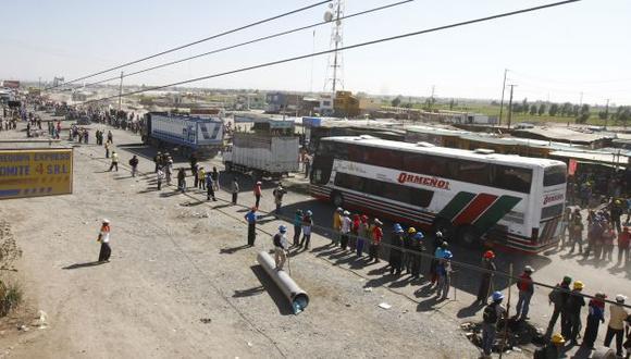 VARADOS. Vehículos y pasajeros no pudieron seguir su camino. (Heiner Aparicio)