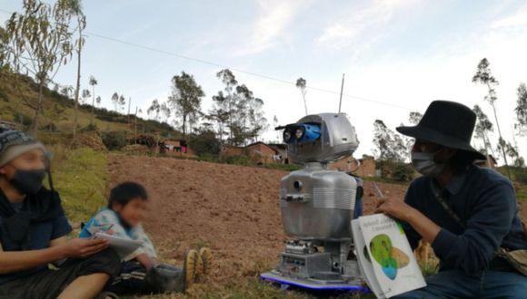 Profesor creó robot para dictar clases a sus estudiantes que viven en el VRAEM