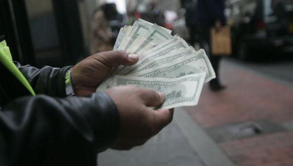 SON PAPELES... Cotización del billete verde continúa cayendo, pese a las medidas del ente emisor. (Rodrigo Málaga)