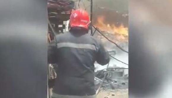 Imágenes difundidas por una transmisión en vivo en Facebook del medio 'Prensa Chalaca' se aprecia la intensa humareda. (Foto: Captura Facebook Prensa Chalaca)