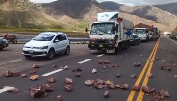 Puno: pobladores bloquean carretera interoceánica a la altura del  puente Soratira (Foto: captura pantalla video)