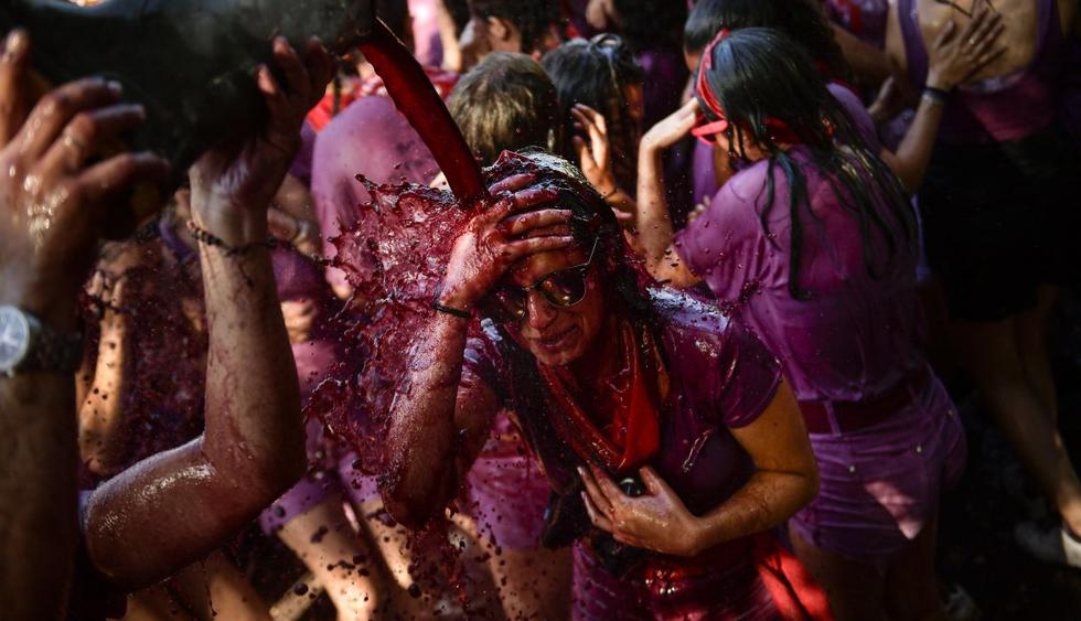 Miles se empapan de vino en tradicional fiesta en España. (Foto: AP)