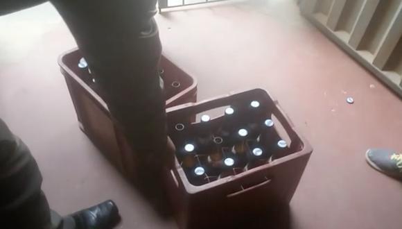 Sujetos le vendieron a la comerciante dos  cajas de cerveza adulterada. (Captura)
