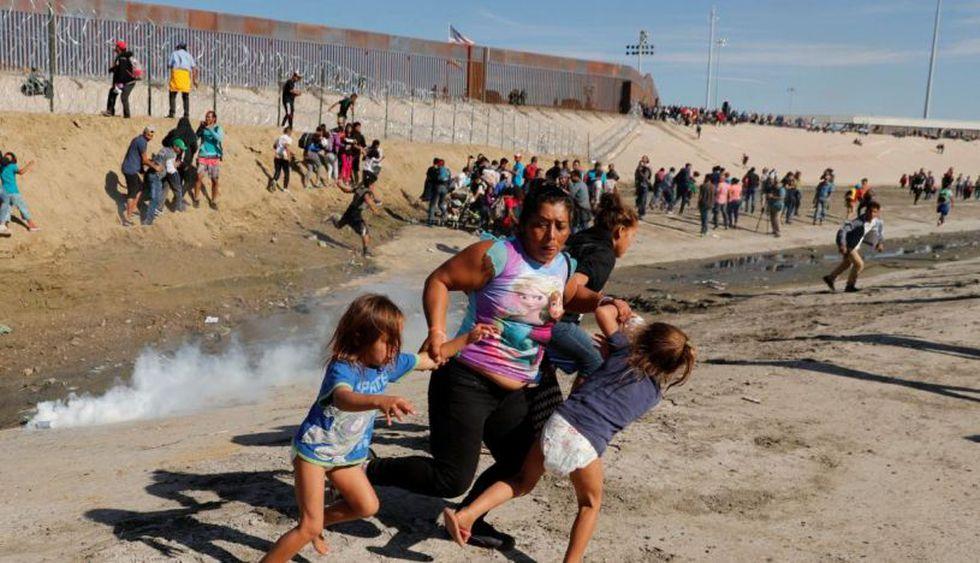 Cientos de migrantes intentaron saltar la valla de México a Estados Unidos. | Foto: Reuters