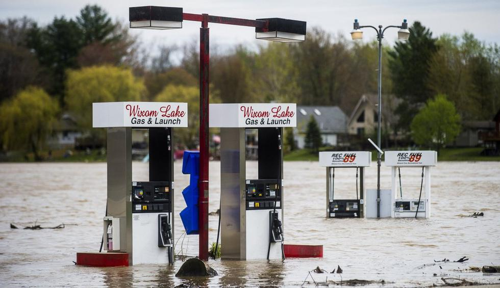 El agua de la inundación rodea las bombas de gas de Wixom Lake Gas & Launch en Beaverton, Michigan. (Katy Kildee/Midland Daily News/AP).