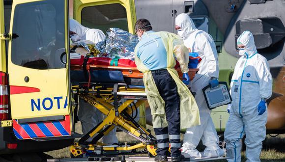 Médicos alemanes trasladas a dos pacientes infectados con el nuevo coronavirus. (JENS SCHLUETER/AFP).