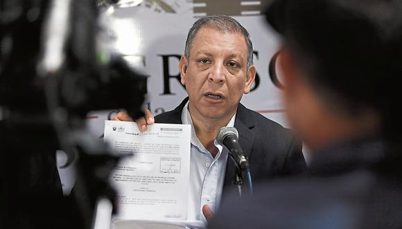 Marco Arana busca firmas para presentar documento. (USI)