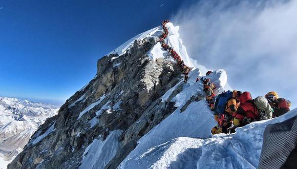 La increíble foto que muestra atasco de más de 200 montañistas en la cima del Everest. (AFP)
