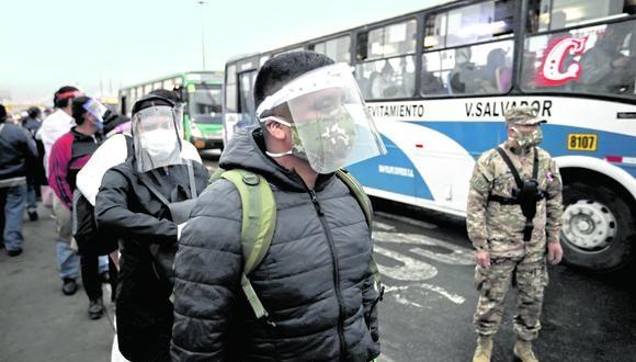 La ATU viene realizando la entrega de protectores faciales de forma gratuita en diferentes paraderos de Lima   Foto: Joel Alonzo/GEC  FOTO: JOEL ALONZO/GEC