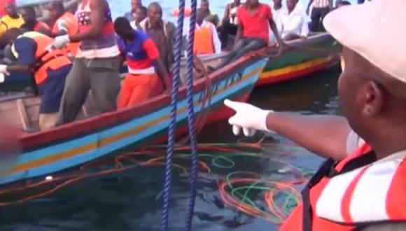 La nave, MV. Nyerere, naufragó ayer en las aguas del lago Victoria, a solo 50 metros del puerto donde iba a atracar. (Foto: Twitter/@tuasesorglobal)