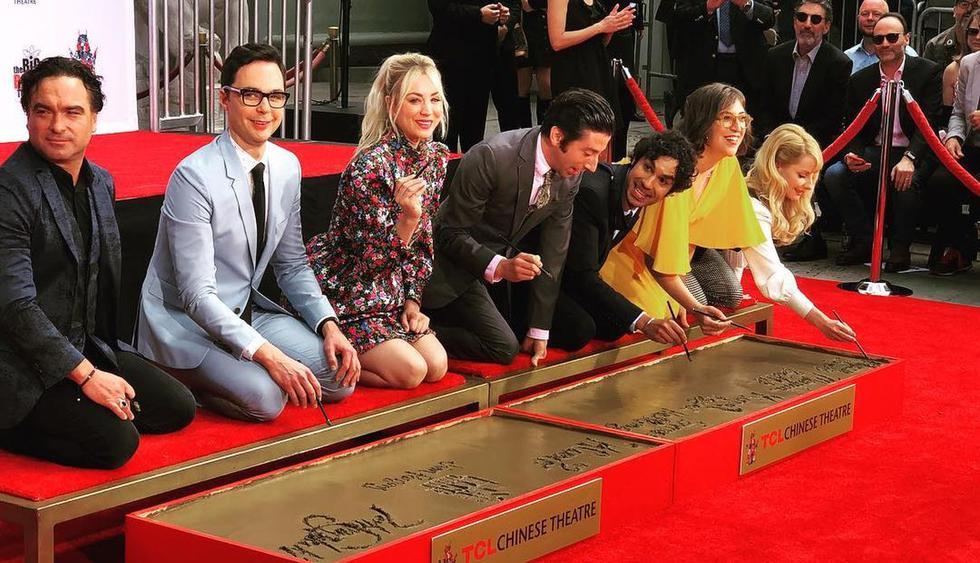 """Protagonistas de """"The Big Bang Theory"""" dejaron sus huellas grabadas en el Paseo de la Fama de Hollywood. (Foto: @kaleycuoco)"""