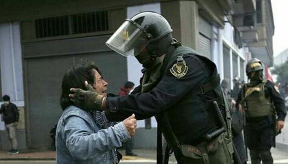 Foto de policía consolando a profesora. (Anthony Niño de Guzmán)