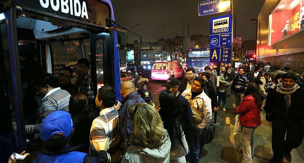 Colas para abordar los buses azules se apreciaron también en horas de la noche. (Andina)