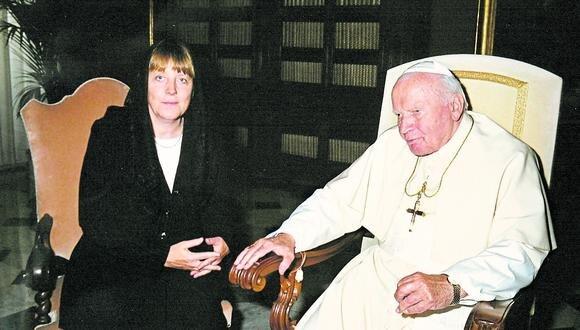 FIGURA. Junto al Papa Francisco en 2003, dos años después se convertiría en canciller de Alemania.  /AFP)