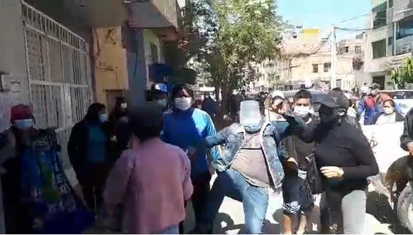 Momento exacto donde el agresor profiere patadas a periodistas durante allanamiento de vivienda. (Foto: Captura)