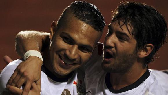 BIEN JUNTITOS. La dupla Pa-Pa funcionó a la perfección. Guerrero suma su gol 14 con el 'Timao'. (Reuters)