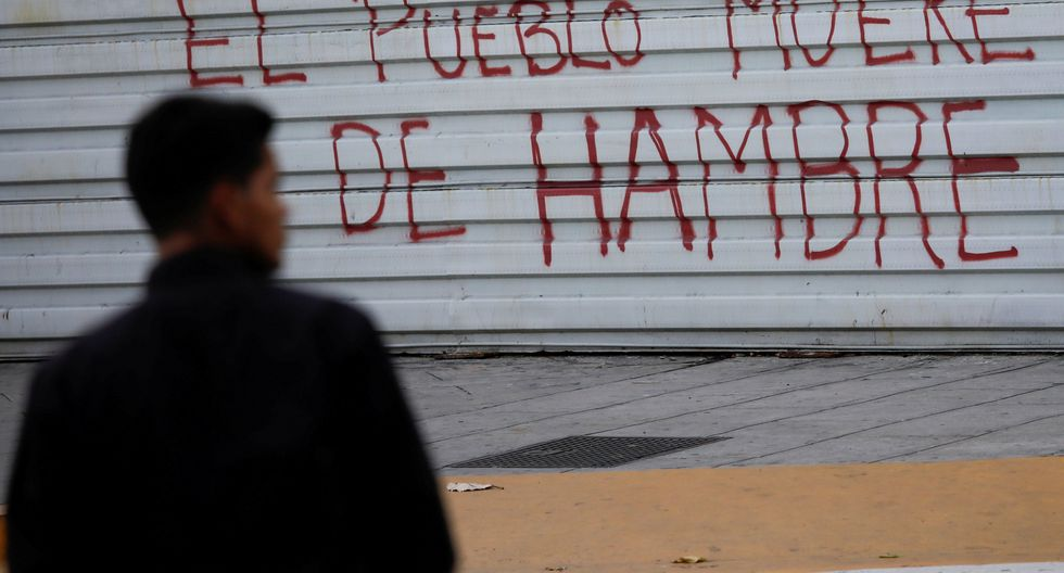 La población protesta contra las medidas económicas de Nicolás Maduro haciendo graffitis en las calles. (Reuters)