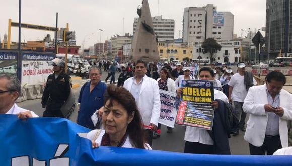 """""""Lo único que queda es salir a las calles y protestar"""": Así justifican los médicos el inicio de su huelga indefinida. (Federación Médica Peruana)"""
