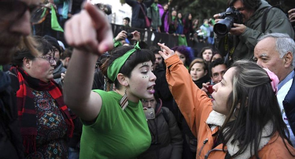 Identificadas con un pañuelo verde, las activistas a favor de la legalización del aborto se han movilizado masivamente desde hace meses en Argentina. (Foto: AFP)