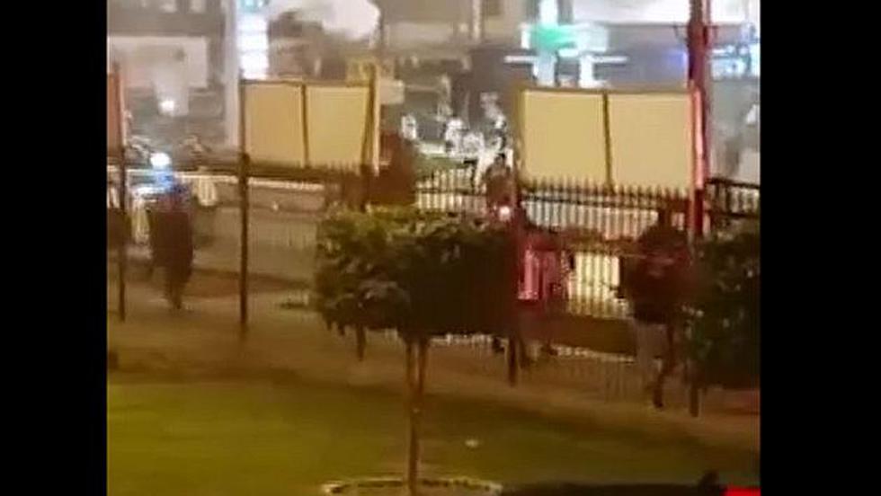 Los barristas de Alianza sembraron terror en el jirón Abtao, en La Victoria. (Panamericana Televisión)