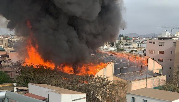 Incendio de grandes proporciones en un predios, en el distrito de Barranco. (Foto: Twitter)