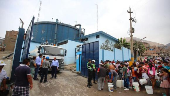 Los vecinos de San Juan de Lurigancho llevan siete días sin tener el servicio de agua en sus casas. (Giancarlo Ávila/El Comercio)