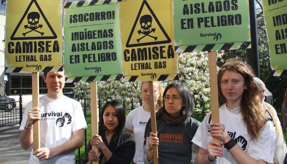 Los manifestantes se vistieron como trabajadores del proyecto y rechazaron la injerencia de las empresas privadas en el territorio de indígenas aislados. (Survival)